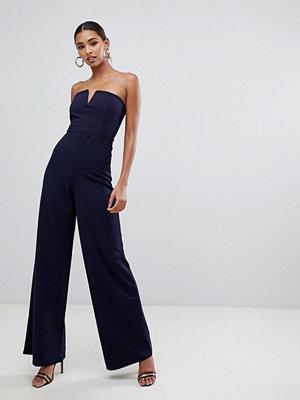 Missguided V-ringad jumpsuit i bandeau-modell med vida ben