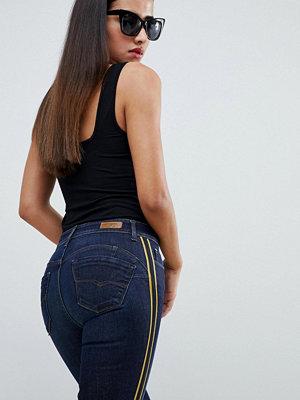 Salsa Wonder push up Jeans som lyfter upp rumpan med en sid panel 8505 dark blue was