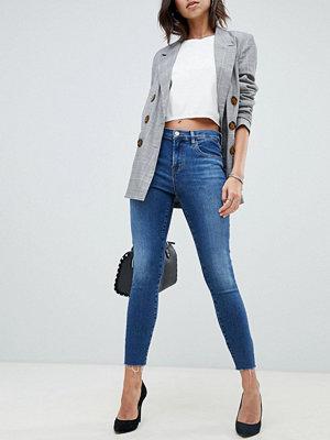 J Brand Alana Beskurna skinny jeans med råskuren fåll och hög midja i mellanblå tvätt Hewes