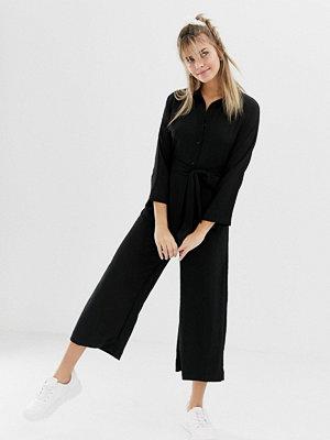 Monki Svart jumpsuit med vida ben och bälte