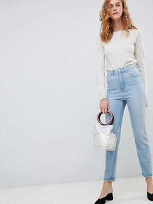 """ASOS DESIGN Farleigh Ljusblå """"mom""""-jeans i slim med hög midja"""