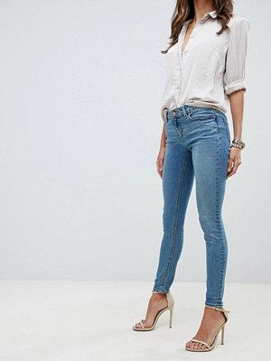 ASOS DESIGN Whitby skinny jeans med låg midja i stentvättad mellanblå Blå stentvätt