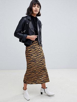 ASOS DESIGN Utsvängd midikjol med tigermönster Flerfärgad