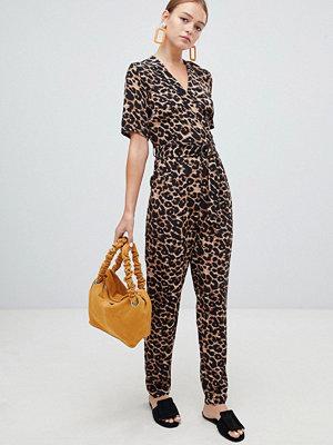 New Look Leopardmönstrad jumpsuit med omlottdesign Brunt mönster