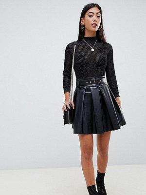 ASOS Petite Minikjol i skatermodell med skinnlook och skärp