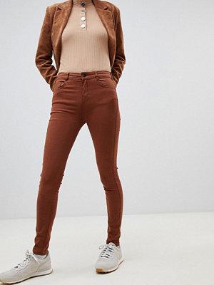 Pull&Bear Tobaksfärgade jeans med smal passform och push up-effekt Tobacco
