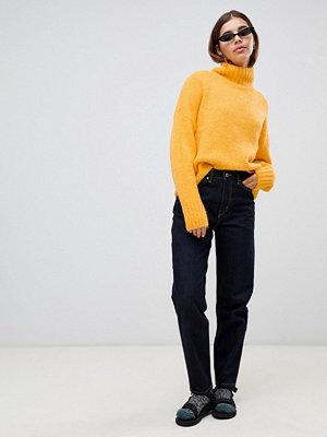 "Weekday Li svarta jeans i ""mom jeans""-modell med oversize slim fit i ekologisk bomull"