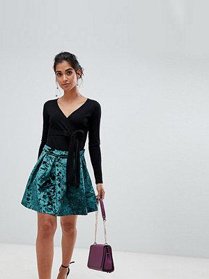 ASOS Petite Balklänning i minimodell med veckad kjol i sammet