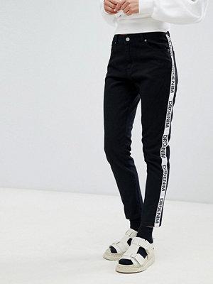 Dr. Denim Pepper Jeans med hög midja och tejpad logga Black logo side pane