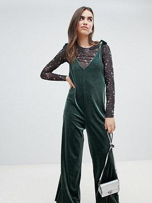 Jumpsuits & playsuits - Monki Mörkgrön jumpsuit i sammet i hängselbyxmodell