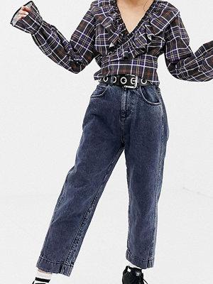 """Collusion Petite Stentvättade mörka jeans i """"mom jeans""""-modell"""