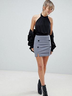 PrettyLittleThing Flerfärgad minikjol med knappar framtill