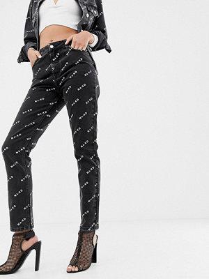 NA-KD Svarta mom-jeans med logga