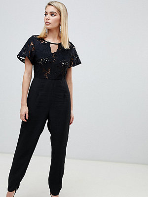 Love Triangle Jumpsuit i spets