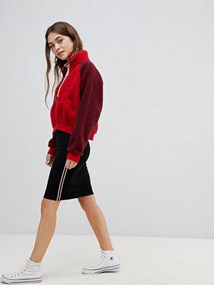 Brave Soul Paula Pennkjol med rand i sidan i midimodell Svart/rött