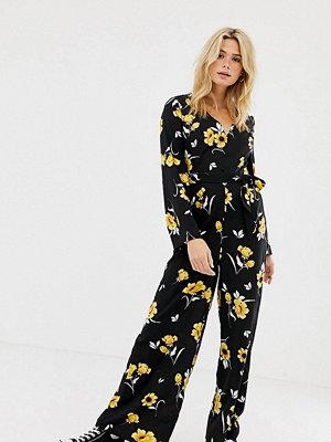 Jumpsuits & playsuits - Influence Tall Blommig jumpsuit med vida ben och utsvängd ärm med knappdetalj Svart/gul