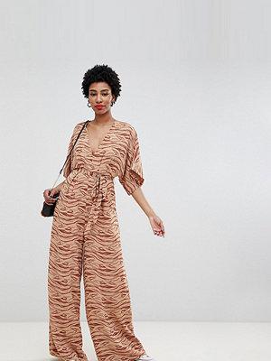 Glamorous Tall Jumpsuit med kimonoärm och diskret zebramönster Beige och khakifärgad