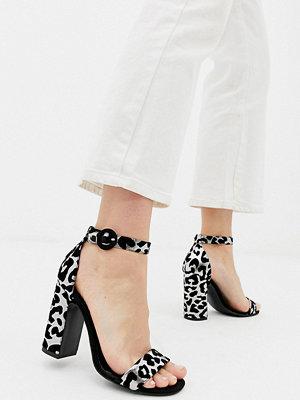 New Look Djurmönstrade sandaler med blockklack och smala remmar Leopard