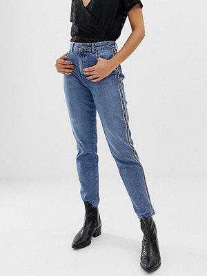 """Pieces Ella Jeans i """"mom jeans""""-modell med revär i sidan"""
