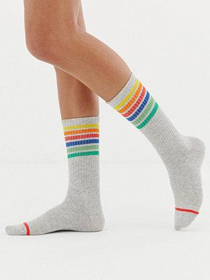 Monki Grå strumpor med regnbågsfärgade ränder
