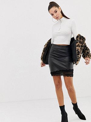 Missguided Svart minikjol i läderimitation med spetskant