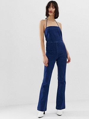 ASOS DESIGN Klarblå jumpsuit i denim med utsvängda ben och tunna axelband