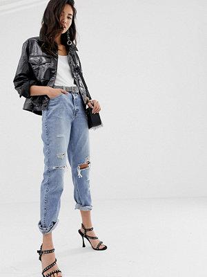 """River Island Jeans i """"mom jeans""""-modell i mellanljus tvätt med slitna detaljer"""