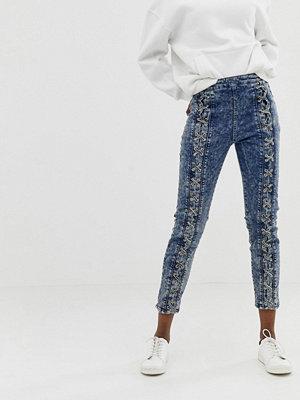 ASOS DESIGN Farleigh Stentvättade slim mom jeans med hög midja och snörning framtill Stentvätt