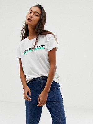"""Blend She Sasa T-shirt med """"say my name""""-slogan"""
