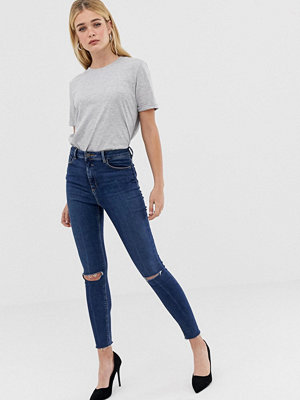 ASOS DESIGN Ridley Mörkblå jeans med hög midja i smal passform och slitna knän Mörkblå