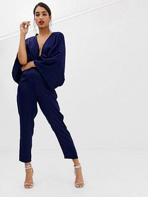 ASOS DESIGN Jumpsuit i kimonomodell med extra djup urringning och pegben Marinblå