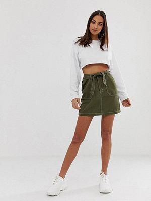 PrettyLittleThing Khakifärgad minikjol med kontrastsöm och skärp Kakifärgad