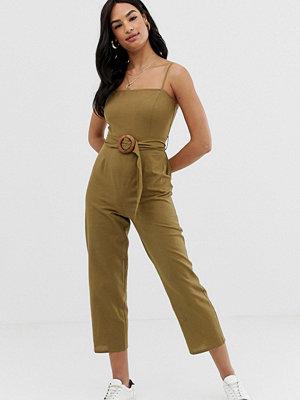 ASOS DESIGN Jumpsuit i förklädesmodell med smala axelband och skärp Kakifärgad