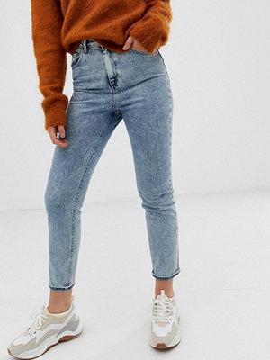 """ASOS DESIGN Farleigh Stentvättade 80-talsjeans i """"mom jeans""""-modell med hög midja och smal passform"""
