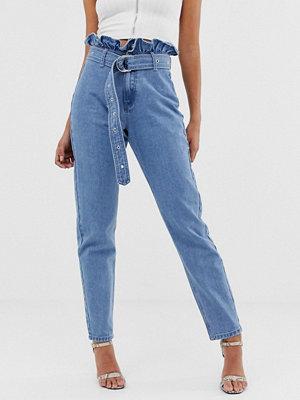 """Missguided Stentvättade jeans i """"mom jeans""""-modell med rynkad midja"""