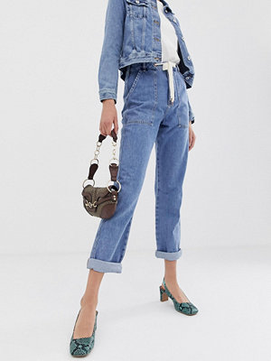 River Island Mellanblå mom jeans i cargo-modell Mid auth