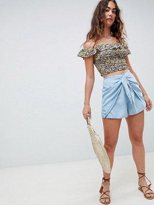 Shorts & kortbyxor - ASOS DESIGN Mellanblå jeansshorts med knytning framtill Blå tvätt