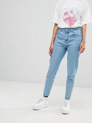 """Chorus Jeans i """"mom-modell"""" med broderat rymdskepp på bakfickan"""