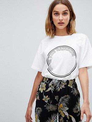 Gestuz T-shirt med regnbågstryck Kritvit