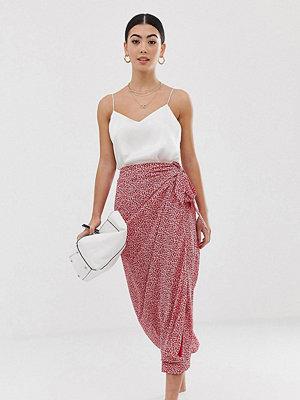 Fashion Union Petite Prickig midikjol med knytband i midjan Rosa blommigt
