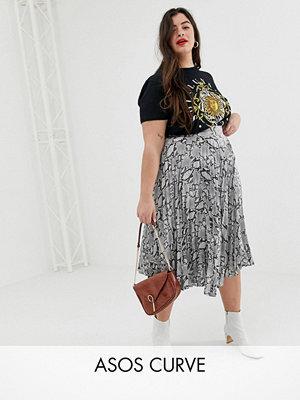New Look Plus New Look Curve Plisserad midikjol i satin med grått ormskinnsmönster Ljusgrå