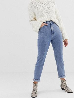 """Stradivarius Blå jeans i """"mom jeans""""-modell med tvättad look"""