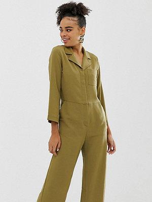 Monki Khakifärgad jumpsuit med ficka framtill Kakifärgad