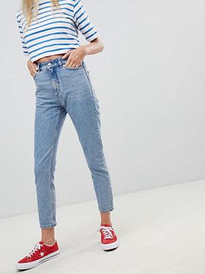 """Monki Kimomo Ljusblå jeans i """"mom jeans""""-modell och ekologisk bomull med hög midja"""