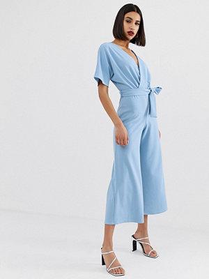 PrettyLittleThing Ljusblå jumpsuit med kimonoärm och culotteben Ljusblå