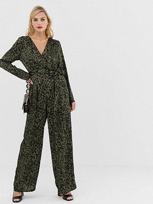 Liquorish Leopardmönstrad jumpsuit med det omlott fram och knytskärp Khaki animal