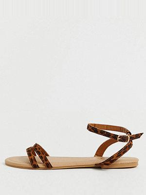 Boohoo Platta sandaler med leopardmönstrade remmar och ankelrem Leopard