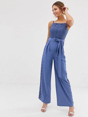 Little Mistress Blå jumpsuit med fyrkantig halsringning och spetsinfällningar på benen
