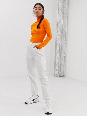 "Bershka Vita jeans i ""mom jeans""-modell"