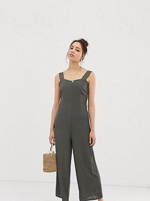 Glamorous Tall Minimal jumpsuit med axelband och knappar baktill Kakifärgad